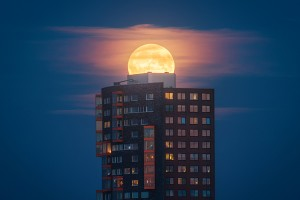 Supermoon photography by Albert Dros made possible by the pin-sharp resolution and defocusing capabilities of Sony?s 70-200 G Master lens
